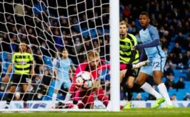Kelechi Iheanacho (kanan) mencetak gol ke gawang Huddersfield pada putaran kelima Piala FA di Stadion Etihad, Manchester, Inggris, Kamis (2/3/2017) dini hari WIB. (Reuters/Phil Noble)