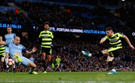 Harry Bunn (kanan) mencetak gol ke gawang Manchester City pada putaran kelima Piala FA di Stadion Etihad, Manchester, Inggris, Kamis (2/3/2017) dini hari WIB. (Reuters/Phil Noble)