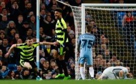 Harry Bunn (kiri) selebrasi usai mencetak gol ke gawang Manchester City pada putaran kelima Piala FA di Stadion Etihad, Manchester, Inggris, Kamis (2/3/2017) dini hari WIB. (Reuters/Jason Cairnduff)