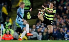 Kevin De Bruyne (kiri) berebut bola dengan Dean Whitehead pada putaran kelima Piala FA di Stadion Etihad, Manchester, Inggris, Kamis (2/3/2017) dini hari WIB. (Reuters/Phil Noble)