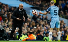 Pelatih Manchester City Pep Guardiola melempar bola ke arah Pablo Zabaleta pada putaran kelima Piala FA di Stadion Etihad, Manchester, Inggris, Kamis (2/3/2017) dini hari WIB. (Reuters/Jason Cairnduff)