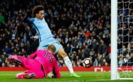 Leroy Sane (atas) mencetak gol ke gawang Huddersfield pada putaran kelima Piala FA di Stadion Etihad, Manchester, Inggris, Kamis (2/3/2017) dini hari WIB. (Reuters/Jason Cairnduff)