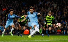 Sergio Aguero mencetak gol ke gawang Huddersfield lewat tendangan penalti pada putaran kelima Piala FA di Stadion Etihad, Manchester, Inggris, Kamis (2/3/2017) dini hari WIB. (Reuters/Jason Cairnduff)