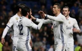Isco (dua kiri) selebrasi dengan Cristiano Ronaldo (dua kiri) dan Gareth Bale pada laga pekan ke-25 La Liga Spanyol kontra Las Palmas, di Santiago Bernabeu, Kamis (2/3/2017) dini hari WIB. (REUTERS/Sergio Perez)