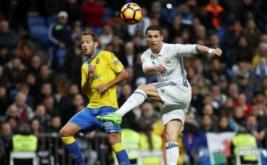 Cristiano Ronaldo (kanan) menendang bola saat dikawal Daniel Castellano pada laga pekan ke-25 La Liga Spanyol kontra Las Palmas, di Santiago Bernabeu, Kamis (2/3/2017) dini hari WIB. (REUTERS/Sergio Perez)