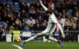 Alvaro Morata mencetak bola ke gawang Las Palmas, pada laga pekan ke-25 La Liga Spanyol, di Santiago Bernabeu, Kamis (2/3/2017) dini hari WIB. (REUTERS/Sergio Perez)