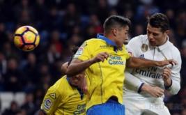 Cristiano Ronaldo (kanan) berebut bola dengan David Simon pada laga pekan ke-25 La Liga Spanyol, di Santiago Bernabeu, Kamis (2/3/2017) dini hari WIB. (REUTERS/Sergio Perez)