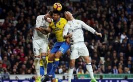 Cristiano Ronaldo (kanan), Sergio Ramos (kiri) dan Aythami Artiles, saling berebut bola pada laga pekan ke-25 La Liga Spanyol, di Santiago Bernabeu, Kamis (2/3/2017) dini hari WIB. (REUTERS/Sergio Perez)