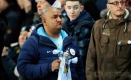 "Suporter Manchester City membawa ""trofi"" FA Cup sebelum pertandingan Manchester City kontra Huddersfield pada putaran kelima Piala FA di Stadion Etihad, Manchester, Inggris, Kamis (2/3/2017) dini hari WIB. (Reuters/Jason Cairnduff)"