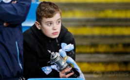 "Suporter Manchester City memegang ""trofi"" FA Cup sebelum pertandingan Manchester City kontra Huddersfield pada putaran kelima Piala FA di Stadion Etihad, Manchester, Inggris, Kamis (2/3/2017) dini hari WIB. (Reuters/Jason Cairnduff)"
