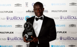 Gelandang Chelsea, N'Golo Kante memegang penghargaan London Football Awards. N'Golo Kante terpilih menjadi pemain terbaik pada ajang London Football Awards, mengalahkan Alli, Alexis Sanchez, Danny Rose, dan Diego Costa. (Reuters/Matthew Childs)