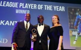 Gelandang Chelsea, N'Golo Kante (tengah) memegang penghargaan London Football Awards. N'Golo Kante terpilih menjadi pemain terbaik pada ajang London Football Awards, mengalahkan Alli, Alexis Sanchez, Danny Rose, dan Diego Costa. (Reuters/Matthew Childs)