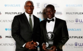 Gelandang Chelsea, N'Golo Kante (kanan) bersama Ian Wright pada ajang London Football Awards. N'Golo Kante terpilih menjadi pemain terbaik pada ajang London Football Awards, mengalahkan Alli, Alexis Sanchez, Danny Rose, dan Diego Costa. (Reuters/Matthew Childs)