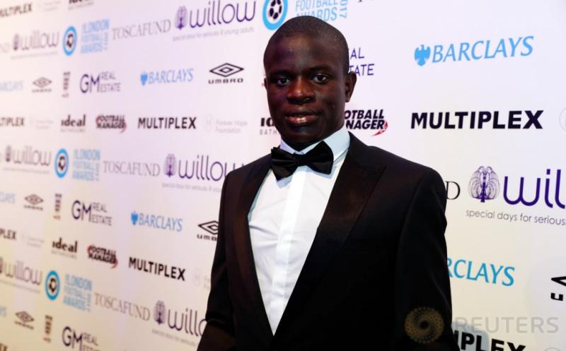 Gelandang Chelsea, N'Golo Kante hadir pada ajang London Football Awards. N'Golo Kante terpilih menjadi pemain terbaik pada ajang tersebut, dengan mengalahkan Alli, Alexis Sanchez, Danny Rose, dan Diego Costa. (Reuters/Matthew Childs)