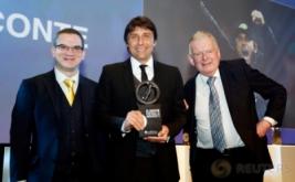 Pelatih Chelsea, Antonio Conte (tengah) memegang penghargaan London Football Awards 2017. Conte terpilih sebagai pelatih terbaik pada ajang tersebut. (Reuters/Matthew Childs)