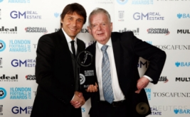 Pelatih Chelsea, Antonio Conte (kiri) memegang penghargaan London Football Awards 2017. Conte terpilih sebagai pelatih terbaik pada ajang tersebut. (Reuters/Matthew Childs)