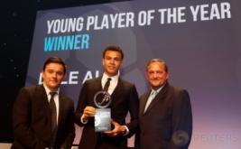 Playmaker Tottenham Hotspur, Dele Alli (tengah) memegang penghargaan London Football Awards 2017. Dele Alli terpilih sebagai pemain muda terbaik pada ajang tersebut. (Reuters/Matthew Childs)