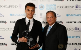 Playmaker Tottenham Hotspur, Dele Alli (kiri) memegang penghargaan London Football Awards 2017. Dele Alli terpilih sebagai pemain muda terbaik pada ajang tersebut. (Reuters/Matthew Childs)