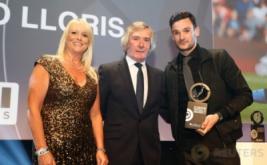 Kiper Tottenham Hotspur Hugo Lloris (kanan) memegang penghargaan London Football Awards 2017. Hugo Lloris terpilih sebagai Kiper Terbaik London pada ajang tersebut. (Reuters/Matthew Childs)