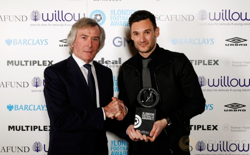 Kiper Tottenham Hotspur Hugo Lloris (kanan) menerima penghargaan London Football Awards 2017. Hugo Lloris terpilih sebagai Kiper Terbaik London pada ajang tersebut. (Reuters/Matthew Childs)