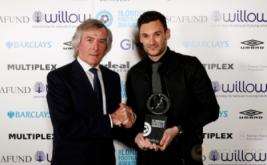 Kiper Tottenham Hotspur Hugo Lloris (kanan) menerima penghargaan London Football Awards 2017. Hugo Lloris terpilih sebagai Kiper Terbaik London pada ajang tersebut. (Reuters/Matthew Childs)