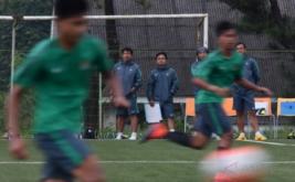 Pelatih Timnas U-19 Indra Sjafri (kiri) memantau para peserta yang berlatih tanding saat seleksi dan pelatihan calon pemain Timnas U-19 di Lapangan National Youth Training Centre (NYTC) PSSI, Sawangan, Depok, Jawa Barat, Jumat (3/3/2017). Sebanyak 41 peserta mengikuti proses seleksi calon pemain Timnas U-19 jelang kejuaraan sepakbola Piala AFF U-18 2017 pada September 2017 dan kualifikasi Piala AFC U-19 2018 pada Oktober 2017.
