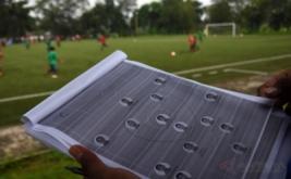 Pelatih C AFC memantau kemampuan olah bola peserta saat seleksi dan pelatihan calon pemain Timnas U-19 di Lapangan National Youth Training Centre (NYTC) PSSI, Sawangan, Depok, Jawa Barat, Jumat (3/3/2017). Sebanyak 41 peserta mengikuti proses seleksi calon pemain Timnas U-19 jelang kejuaraan sepakbola Piala AFF U-18 2017 pada September 2017 dan kualifikasi Piala AFC U-19 2018 pada Oktober 2017.