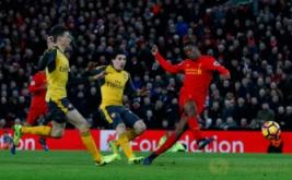 Georginio Wijnaldum (kanan) mencetak gol ke gawang Arsenal pada laga lanjutan Liga Inggris musim 2016-2017 pekan ke-26 di Stadion Anfield, Minggu (5/3/2017) dini hari WIB. (Reuters/Phil Noble)