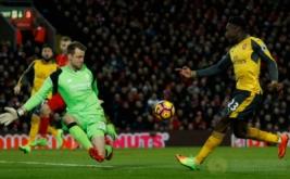 Danny Welbeck (kanan) mencetak gol ke gawang Liverpool pada laga lanjutan Liga Inggris musim 2016-2017 pekan ke-26 di Stadion Anfield, Minggu (5/3/2017) dini hari WIB. (Reuters/Lee Smith)