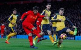 Roberto Firmino (dua kiri) mencetak gol ke gawang Arsenal pada laga lanjutan Liga Inggris musim 2016-2017 pekan ke-26 di Stadion Anfield, Minggu (5/3/2017) dini hari WIB. (Reuters/Phil Noble)