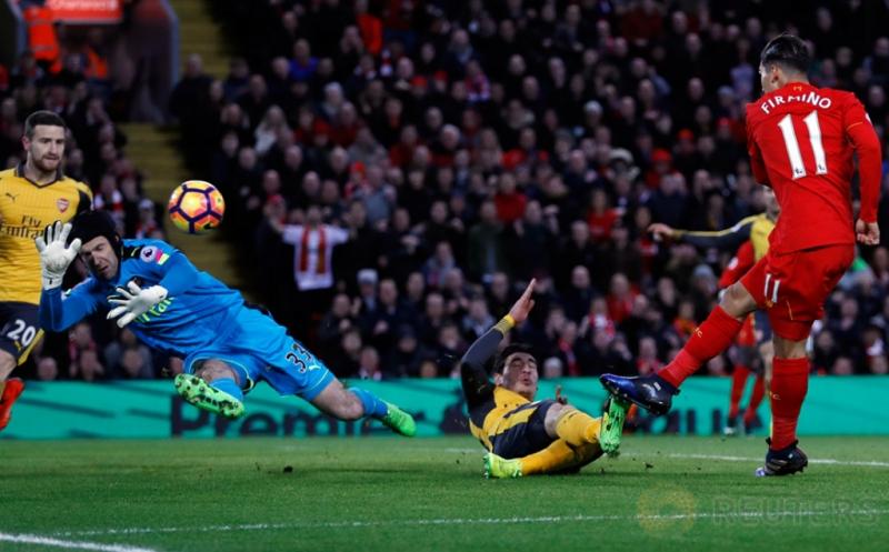 Roberto Firmino (kanan) mencetak gol ke gawang Arsenal pada laga lanjutan Liga Inggris musim 2016-2017 pekan ke-26 di Stadion Anfield, Minggu (5/3/2017) dini hari WIB. (Reuters/Lee Smith)