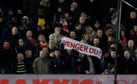 """Suporter membentangkan spanduk bertuliskan """"Wenger Out"""" saat menyaksikan pertandingan Arsenal kontra Liverpool pada lanjutan Liga Inggris musim 2016-2017 pekan ke-26 di Stadion Anfield, Minggu (5/3/2017) dini hari WIB. Pada pertandingan tersebut, Arsenal dibungkam Liverpool 1-3. (Reuters/Phil Noble)"""