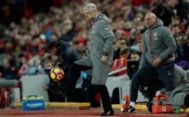 Pelatih Arsenal Arsene Wenger mengontrol saat menyaksikan pertandingan Arsenal kontra Liverpool pada lanjutan Liga Inggris musim 2016-2017 pekan ke-26 di Stadion Anfield, Minggu (5/3/2017) dini hari WIB. Pada pertandingan tersebut, Arsenal dibungkam Liverpool 1-3. (Reuters/Lee Smith)