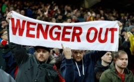 """Suporter membentangkan spanduk bertuliskan """"Wenger Out"""" saat menyaksikan pertandingan Arsenal kontra Liverpool pada lanjutan Liga Inggris musim 2016-2017 pekan ke-26 di Stadion Anfield, Minggu (5/3/2017) dini hari WIB. Pada pertandingan tersebut, Arsenal dibungkam Liverpool 1-3. (Reuters/Lee Smith)"""