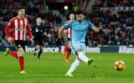 Sergio Aguero mencetak gol ke gawang Sunderland pada lanjutan Liga Inggris 2016-2017 di Stadium of Light, Minggu (5/3/2017). (Reuters/Andrew Yates)