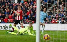 Leroy Sane (kanan) mencetak gol ke gawang Sunderland pada lanjutan Liga Inggris 2016-2017 di Stadium of Light, Minggu (5/3/2017). (Reuters/Andrew Yates)