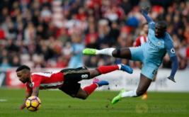 Jermain Defoe (kiri) saat berebut bola dengan Yaya Toure pada lanjutan Liga Inggris 2016-2017 di Stadium of Light, Minggu (5/3/2017). (Reuters/Andrew Yates)