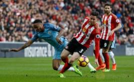 Raheem Sterling (kiri) berebut bola dengan Bryan Oviedo pada lanjutan Liga Inggris 2016-2017 di Stadium of Light, Minggu (5/3/2017). (Reuters/Lee Smith)