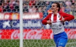Antoine Griezmann melakukan selebrasi usai mencetak gol ke gawang Valencia di Vicente Calderon, Minggu (5/3/2017). (REUTERS/Javier Barbancho)