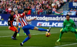 Yannick Ferreira-Carrasco (dua kanan) menendang bola ke arah gawang Valencia yang dikawal Diego Alves. (REUTERS/Javier Barbancho)