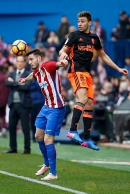 Saul Niguez (kiri) dan Munir El Haddadi saat berebut bola. (REUTERS/Javier Barbancho)