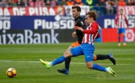 Antoine Griezmann (kanan) dikawal Jose Luis Gaya saat mencetak gol ke gawang Valencia. (REUTERS/Javier Barbancho)