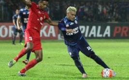 Pesepakbola Arema FC, Cristian Gonzales (kanan) berusaha melewati hadangan pesepakbola Semen Padang, Novrianto (kiri) dalam pertandingan semifinal Piala Presiden leg kedua di Stadion Kanjuruhan, Malang, Jawa Timur, Minggu (5/3/2017). Pada pertandingan ini, Arema menang atas SPFC lewat skor 5-2.