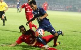 Pesepakbola Arema FC, Nasir (kanan) berusaha melewati hadangan pesepakbola Semen Padang, Cassio Fransisco De Jesus (kiri) dalam pertandingan semifinal Piala Presiden leg kedua di Stadion Kanjuruhan, Malang, Jawa Timur, Minggu (5/3/2017). Pada pertandingan ini, Arema menang atas SPFC lewat skor 5-2.