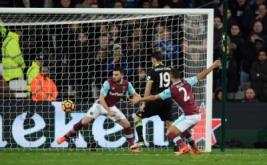 Diego Costa (tengah) mencetak gol ke gawang West Ham United pada pekan ke-27 Premier League di London Stadium, Selasa (7/3/2017) dini hari WIB. (Reuters/Tony O'Brien)