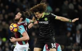 Andy Carroll (kiri) berebut bola dengan David Luiz pada pekan ke-27 Premier League di London Stadium, Selasa (7/3/2017) dini hari WIB. (Reuters/Toby Melville)
