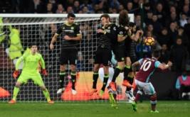 Manuel Lanzini (kanan) mencetak gol ke gawang Chelsea pada pekan ke-27 Premier League di London Stadium, Selasa (7/3/2017) dini hari WIB. (Reuters/Tony O'Brien)