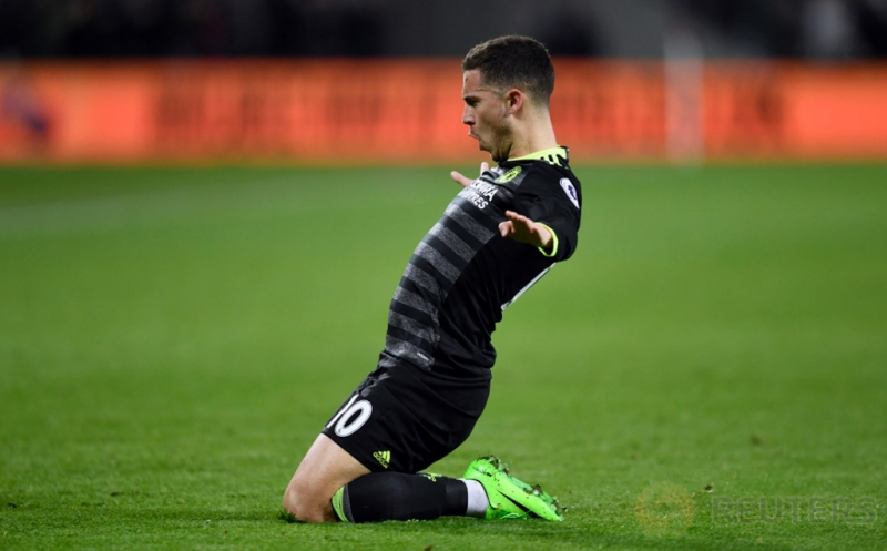 Eden Hazard selebrasi mencetak gol ke gawang West Ham United pada pekan ke-27 Premier League di London Stadium, Selasa (7/3/2017) dini hari WIB. (Reuters/Tony O'Brien)