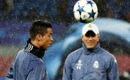 Cristiano Ronaldo (kiri) dan pelatih Zinedine Zidane menghadiri sesi latihan di Stadion San Paolo, Italia, Selasa (7/3/2017) dini hari WIB. Leg kedua babak 16 besar Liga Champions akan mempertemukan Napoli dan Real Madrid di Stadion San paolo, Italia, Rabu (8/3/2017) dini hari WIB. (REUTERS/Alessandro Bianchi)