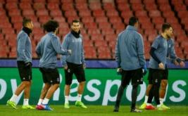 Cristiano Ronaldo (tiga kiri) bersama sejumlah pemain Real Madrid lainnya mengikuti latihan di Stadion San Paolo, Italia, Selasa (7/3/2017) dini hari WIB. Real Madrid akan menghadapi Napoli pada leg kedua babak 16 besar Liga Champions 2016-2017. (REUTERS/Tony Gentile)
